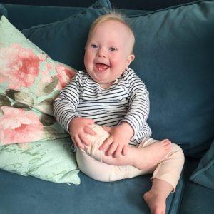 baby lacht weinig